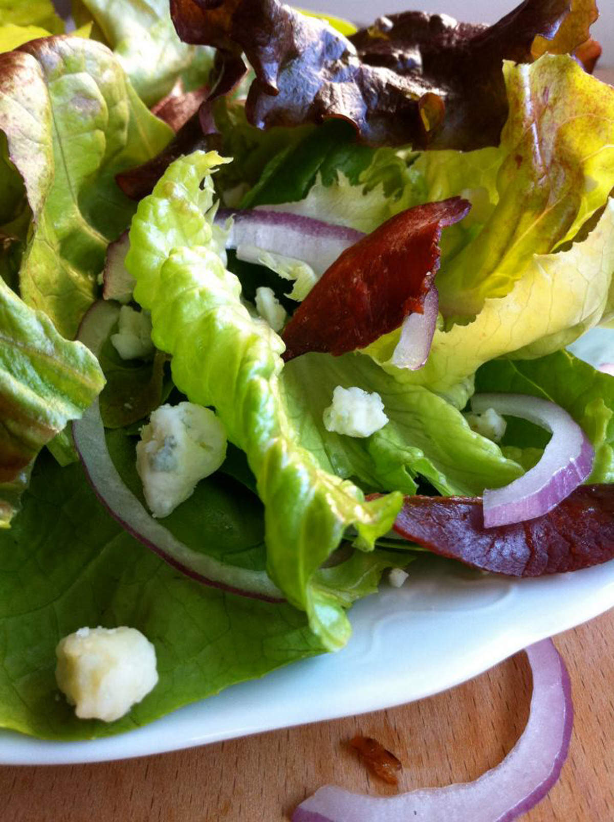 Crispy-Prosciutto-Topped-Salad-with-2-Ingredient-Dressing
