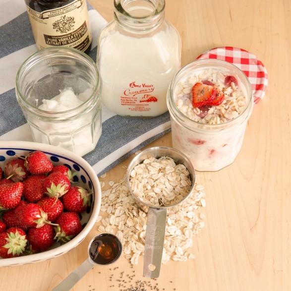 Overnight No-Cook Oatmeal Yogurt Cup