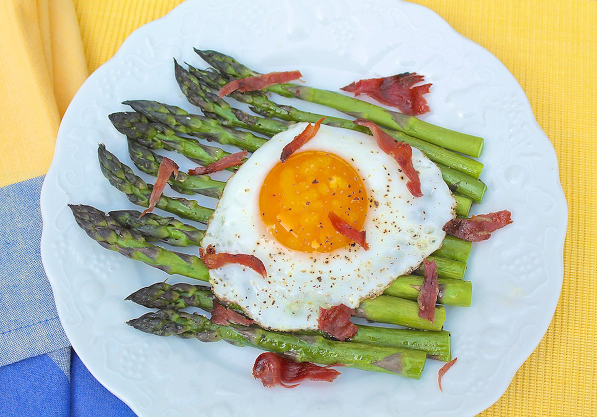 Roasted-Asparagus-with-Egg-and-Prosciutto